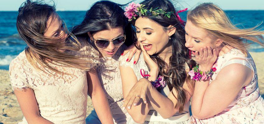 Wiatr we włosach – sesja panieńska na plaży w Sopocie